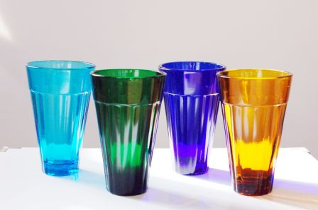 Quatre grands verres en couleur